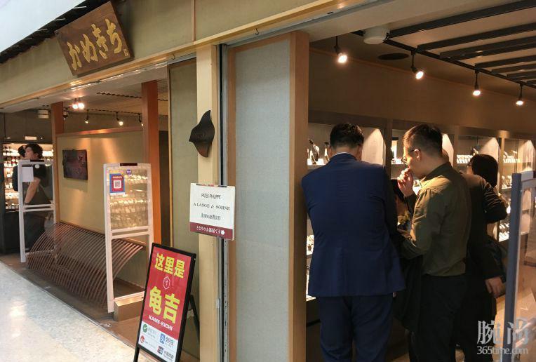 男人手上不能空荡荡的,东京入手欧米茄超霸黑面月相!