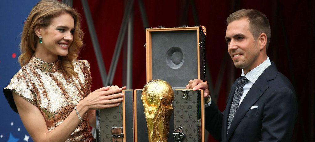 娜塔莉·沃迪亚诺娃佩戴萧邦携大力神杯现身2018世界杯决赛