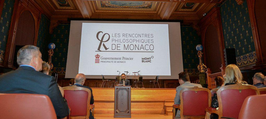 万宝龙全球品牌大使夏洛特·卡西拉吉为当今伟大的哲学家们颁奖