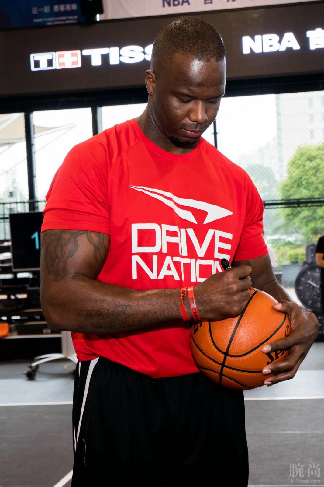 图4:NBA名宿杰梅因·奥尼尔将签名篮球赠予现场MVP.jpg