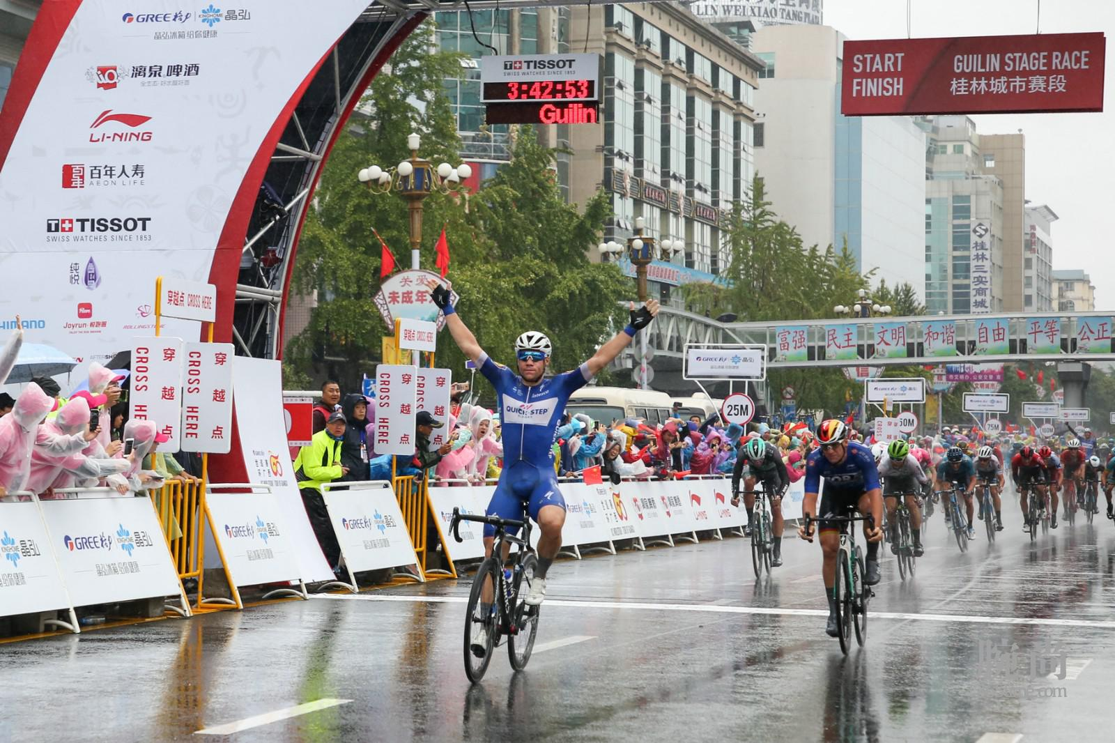 图2:环广西公路自行车世界巡回赛中的激烈角逐.jpg