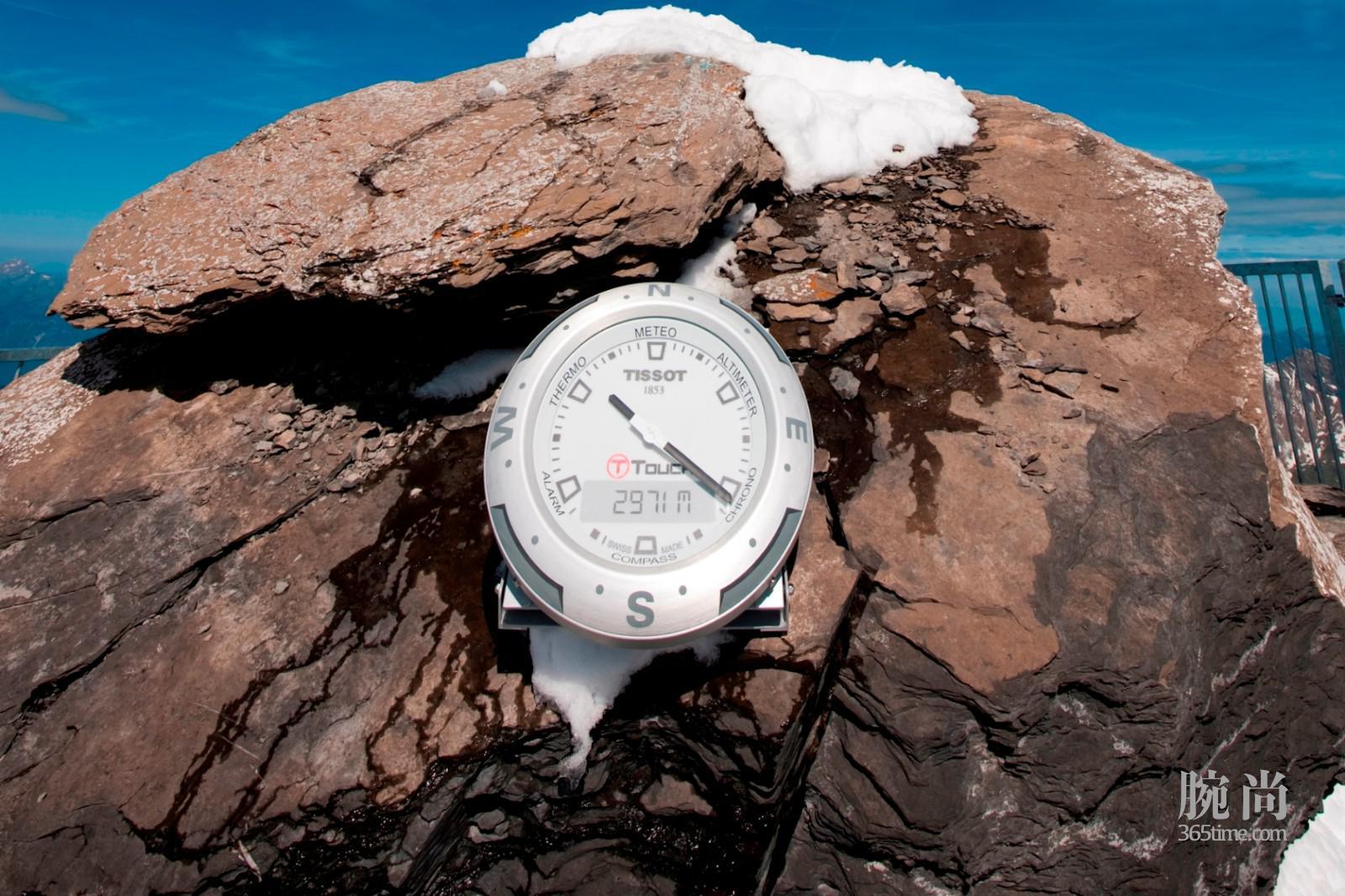 图2: 天梭表峰顶索桥和位于莱迪亚布勒雷的天梭腾智系列时钟.jpg