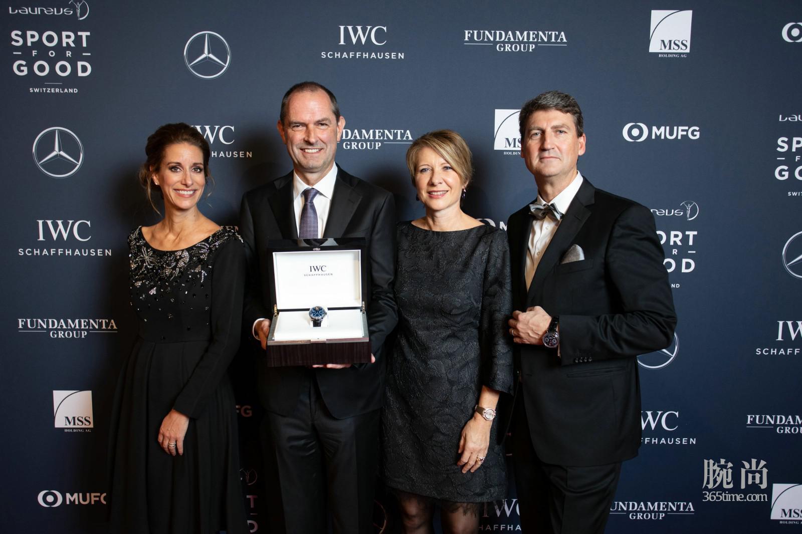 IWC万国表首席营销官Franziska Gsell(左一)和IWC万国表瑞士董事总经理、瑞士劳伦斯公益基金会理事会成员Linus Fuchs(右一)以及竞拍者_1.jpg