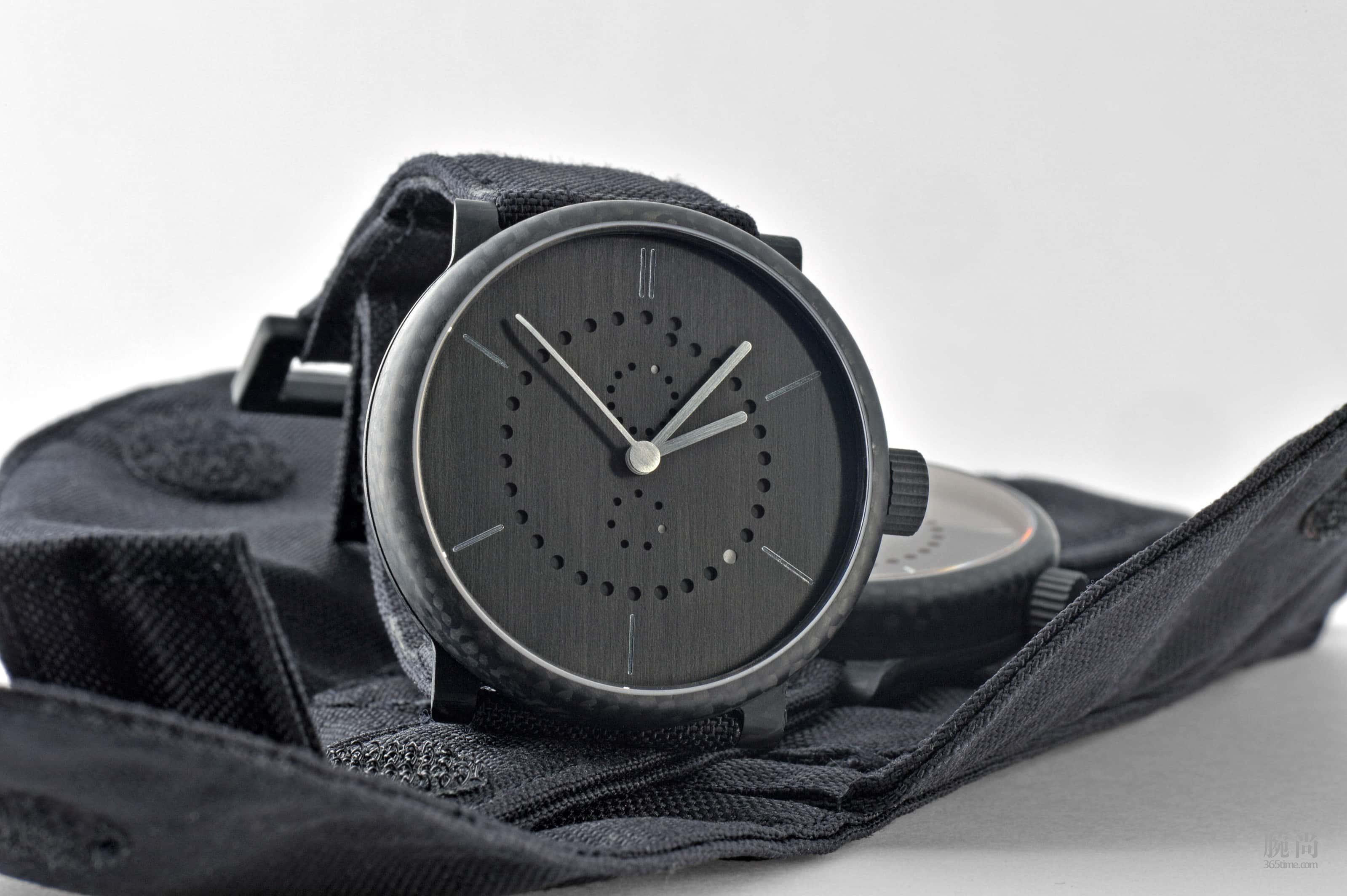 carbon-fiber-annual-calendar-watch-ochs-und-junior-4_RGB-3198px.jpg