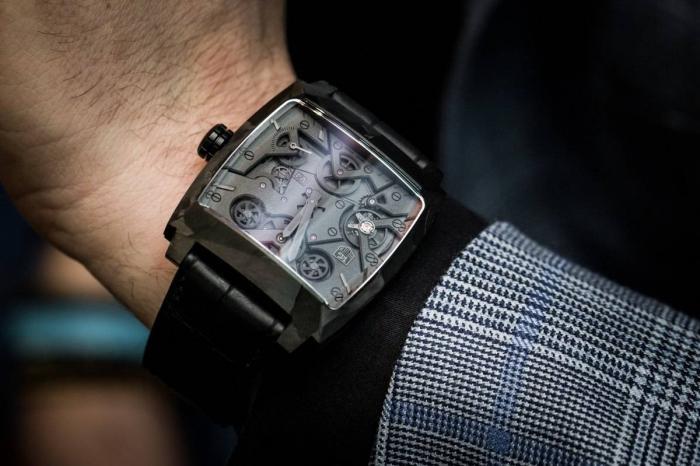 豪雅摩纳哥V4幻影腕表——炫黑蝙蝠车!