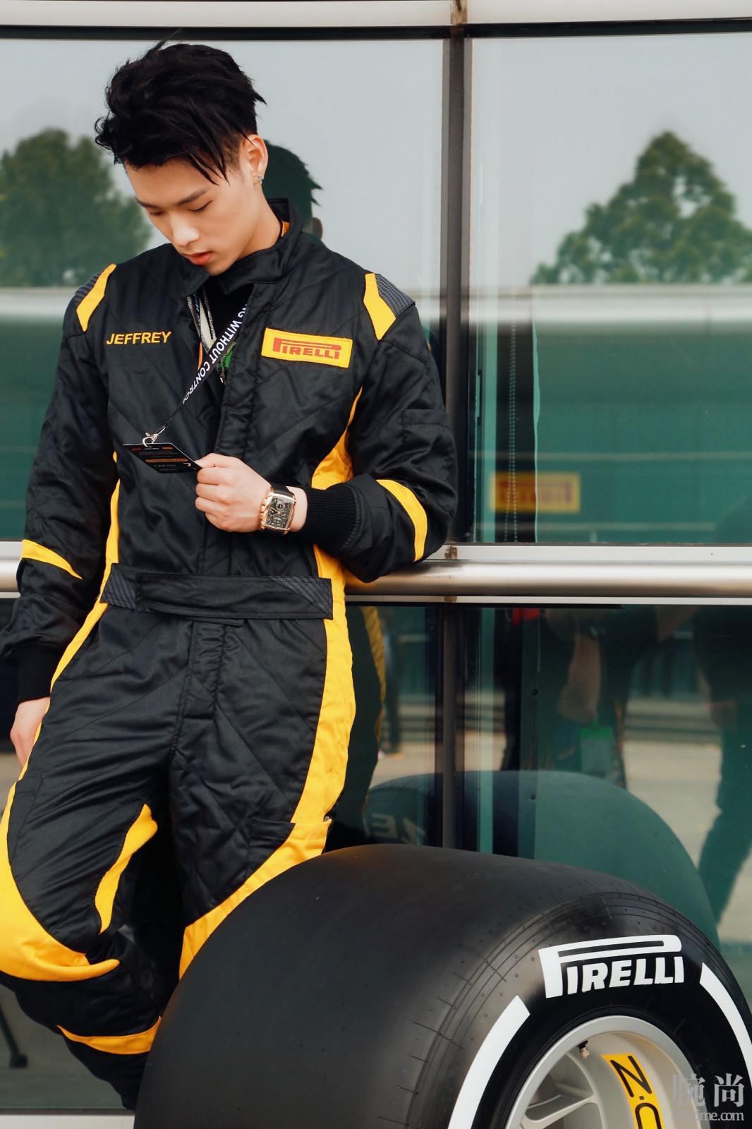 董又霖佩戴帕玛强尼Kalpagraphe Chronomètre腕表现身上海国际赛车场.jpg