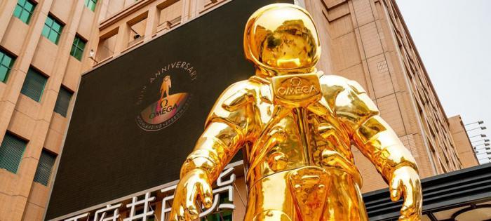 致敬人类首次登月50周年 欧米茄金色宇航员巨型雕塑展于北京王府井揭幕