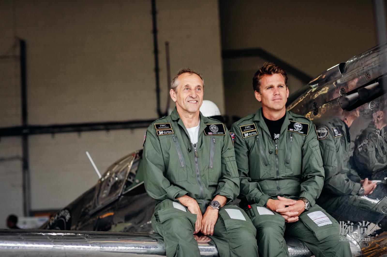 """4. """"银翼喷火战斗机之最长的飞行""""执飞人Steve Brooks与Matt Jones佩戴本次飞行任务官方时计IWC万国表喷火战机飞行员世界时区腕表""""最长的飞行""""限量版(型号:IW395501).jpg"""