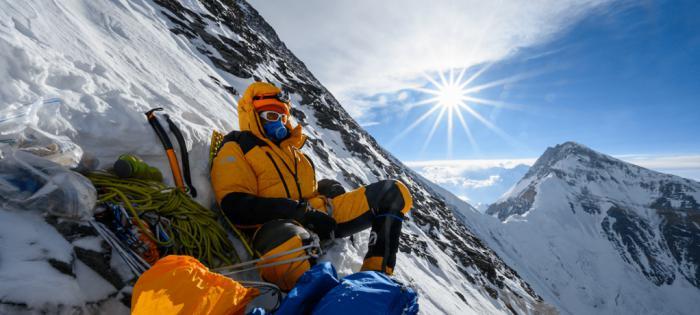 摄影师Cory Richards佩戴江诗丹顿Overseas两地时间特制手表完成珠峰探险之旅
