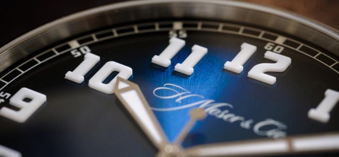 与亨利慕时HERITAGE经典大三针电光蓝腕表携手回到未来