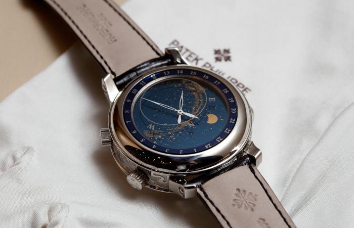 为什么李嘉诚既有价值不菲的百达翡丽,也戴几千块钱的电子表?
