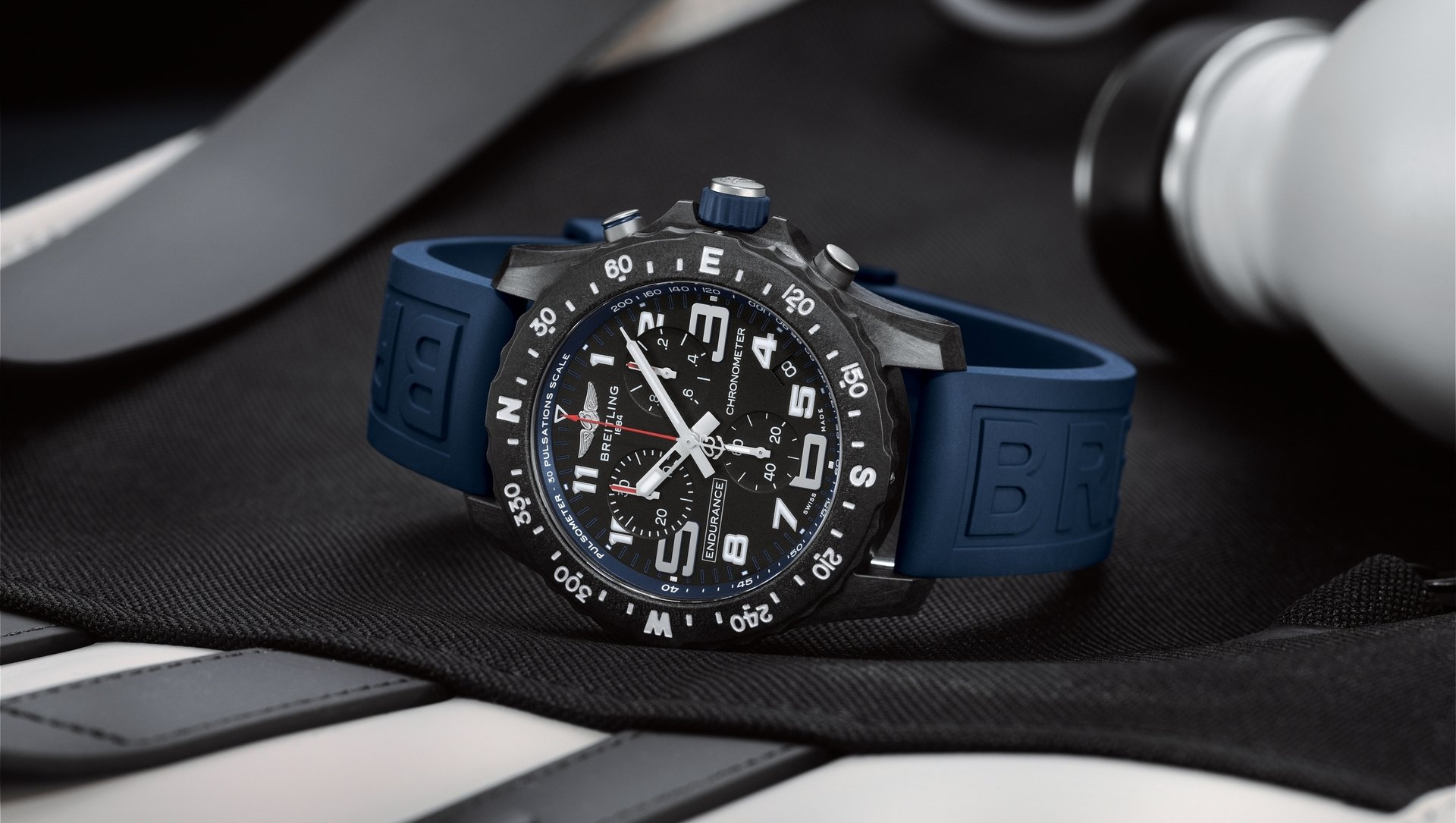 09_endurance-pro-with-a-blue-inner-bezel-and-rubber-strap.jpg