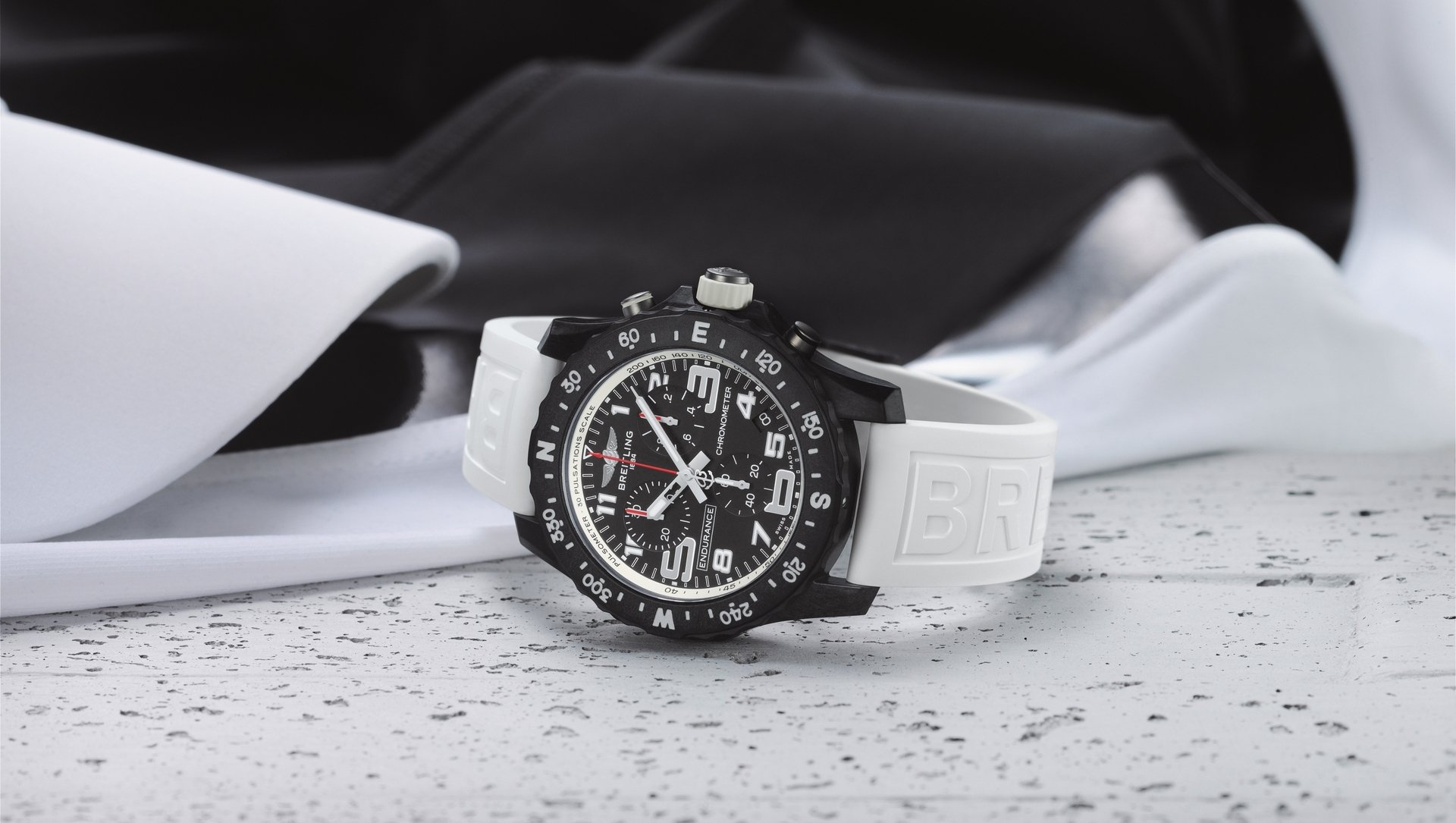 10_endurance-pro-with-a-white-inner-bezel-and-rubber-strap.jpg