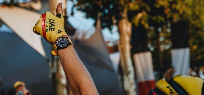 百年灵品牌大使Tadej Pogacar佩戴专业耐力腕表赢得环法自行车赛冠军