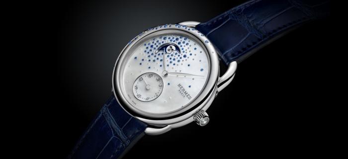 Hermès 推出 Arceau Petite Lune Jeté de diamants et saphirs 月相腕表:蓝宝石、钻石与珍珠母贝