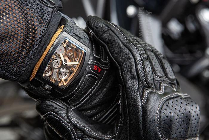 机车范儿安排!拥有大馬士革钢材质的昆仑表CORUM Lab 01腕表,太炫酷了! 丨 大腕钟表新媒体