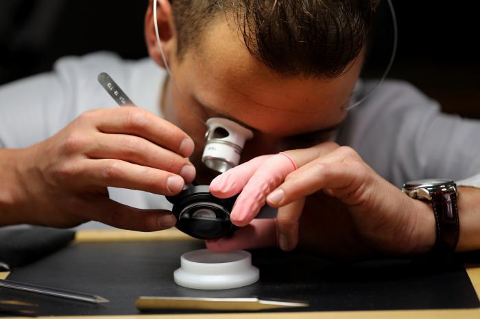 立足制表中心拉绍德封,Corum昆仑表将高级制表工艺理念发扬光大